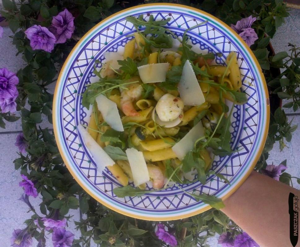 bezglutenowy makaron z owocami morza i cukinią