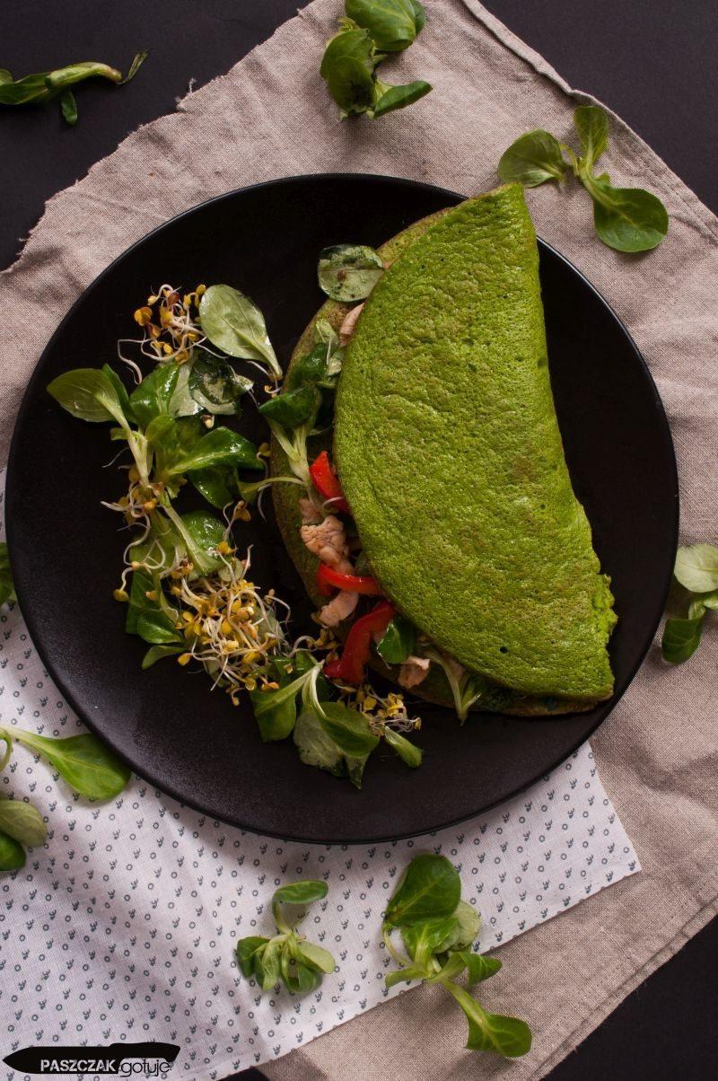 zielony omlet z kurczakiem i papryką